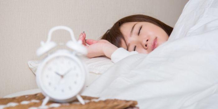 少し苦しそうに眠る女性