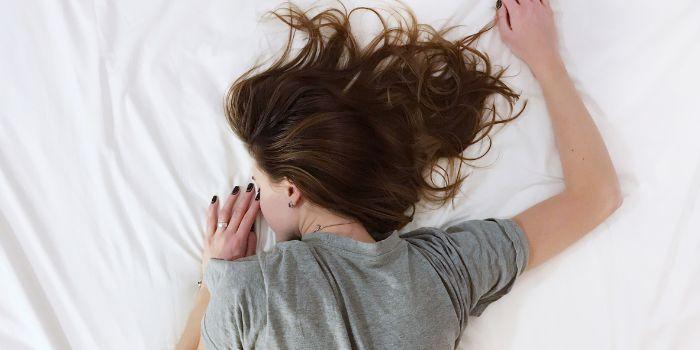 バンザイ寝の原因