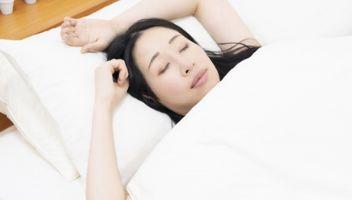 バンザイ寝で苦しそうな女性