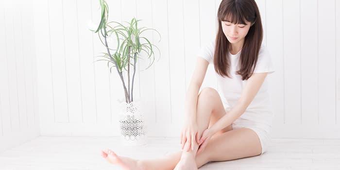 フットマッサージで足のむくみを取る女性